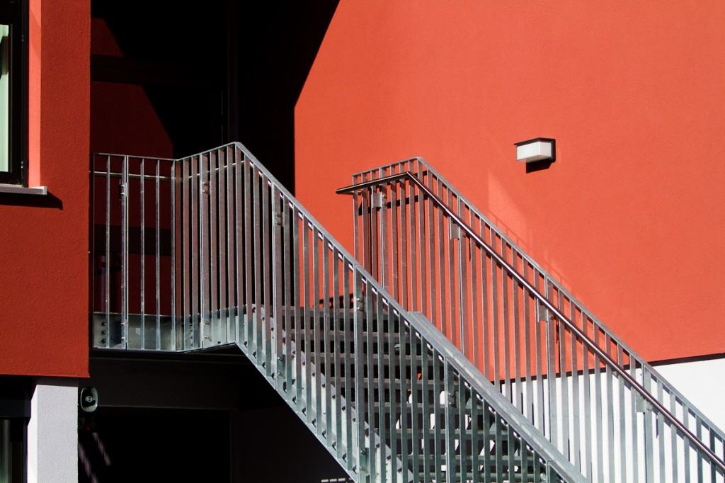 Balkongeländer an Schulgebäude