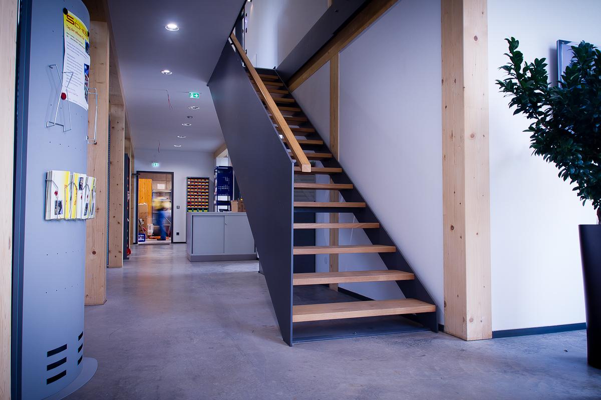 Treppe mit Stahlplattengeländer